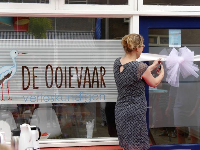 Verloskundige Ingrid Nijeboer knipte een witte strik door als openingshandeling van praktijk De Ooievaar.