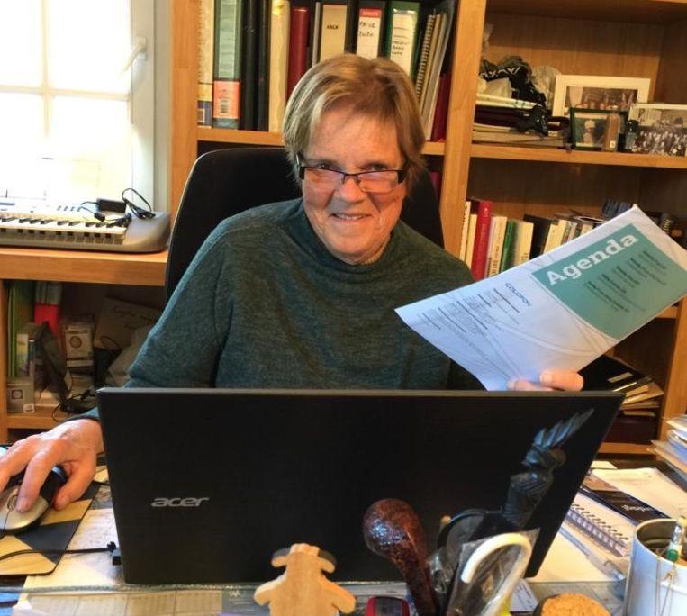 Margriet Hermans bezorgde ons deze foto van zichzelf aan haar bureau