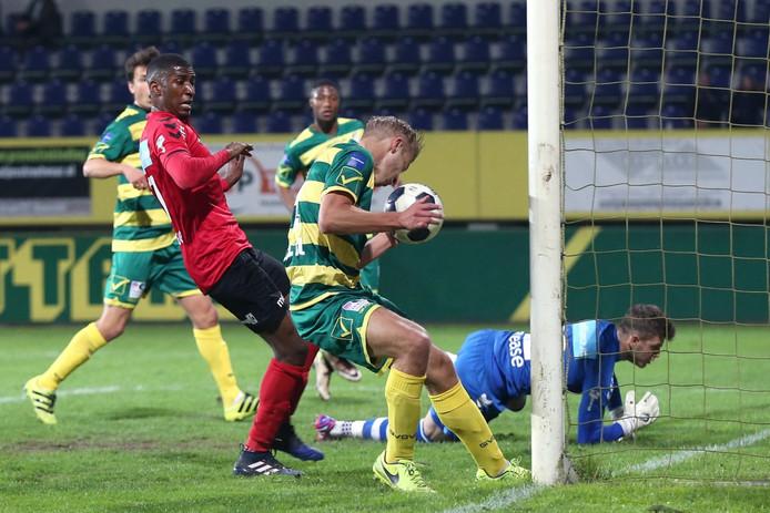 Yael Eisden is te laat en ziet Finn Stokkers de 2-0 voor Fortuna maken.