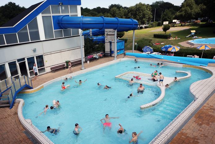 Het buitenbad van De Vennen in Dongen biedt bezoekers alle ruimte om zich te vermaken.
