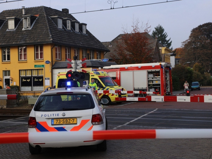 Politie, brandweer en ambulance bij de spoorwegovergang in Velp.