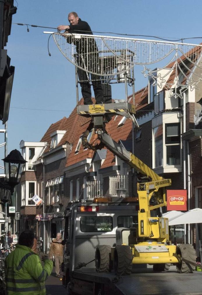 In de binnenstad wordt weer sfeerverlichting opgehangen.