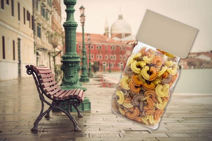 Op Italiaanse stadsbankjes verschijnen pakken pasta, 'voor wie het nodig heeft'.