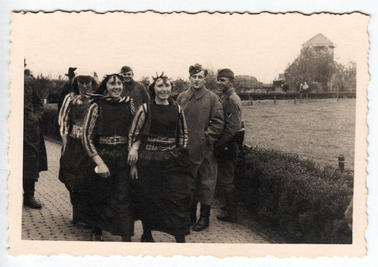 Liefde stond voor sommigen boven de partijen. Duitse soldaten op verlof flirten met Markense schonen. Beeld Collectie Gerard Groeneveld