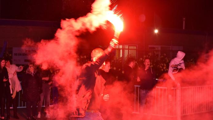 De spelers en staf van Hoek werden woensdag rond middernacht met vuurwerk ontvangen.