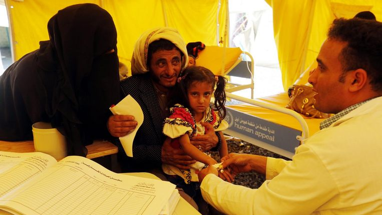 Een met cholera geïnfecteerd meisje wordt behandeld in Sanaa, Jemen. Beeld epa