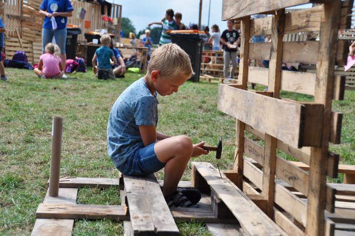 Op maandag en dinsdag worden van pallets hutten en kastelen gebouwd. Kinderen nemen hun eigen hamers en spijkers mee.