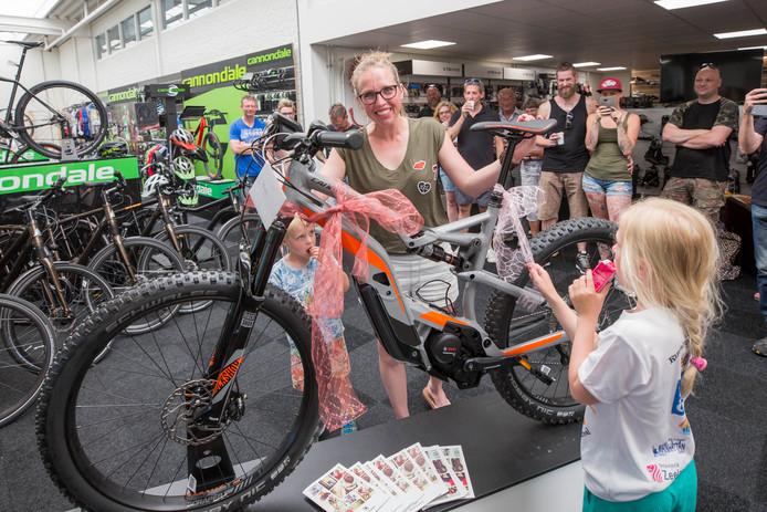 Monique Smet uit Oost-Souburg krijgt haar nieuwe E-mountainbike.