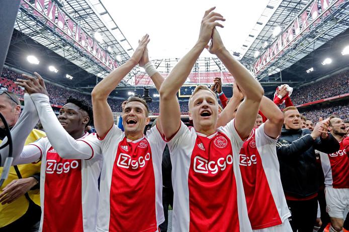 Vreugde bij de Ajacieden na de 4-1 zege op FC Utrecht, waardoor de landstitel de ploeg alleen in theorie nog kan ontgaan.