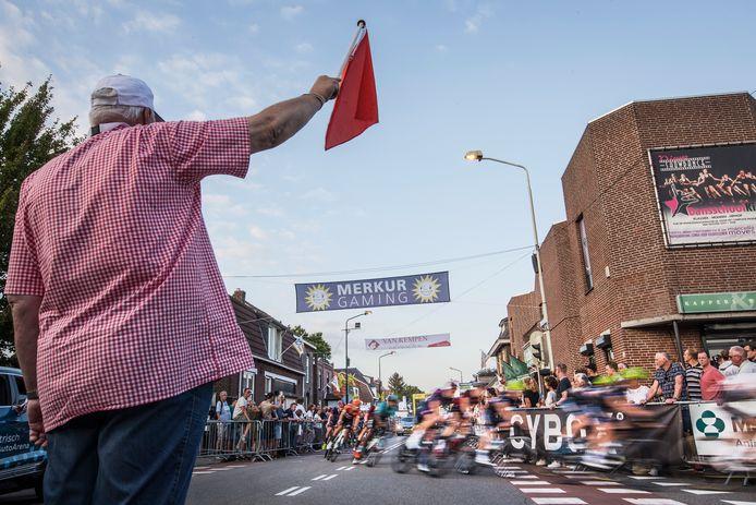 2019: Sfeerbeeld van het peloton in actie tijdens het criterium Daags na de Tour.