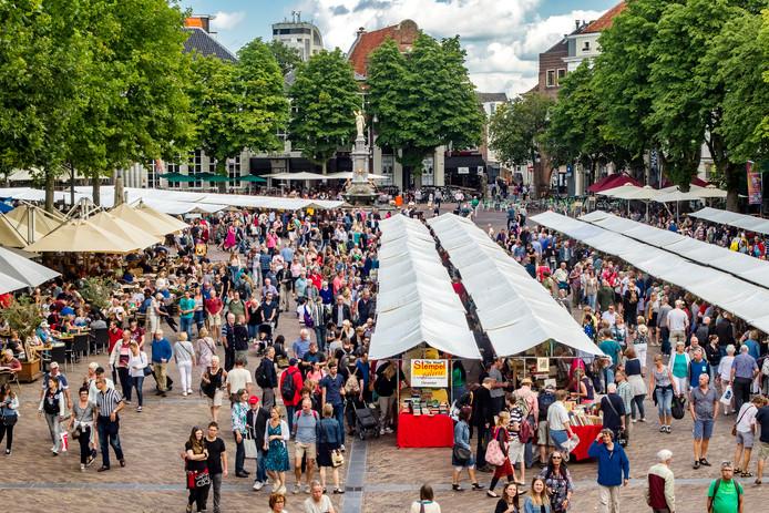 De boekenmarkt in Deventer trekt ieder jaar weer tienduizenden liefhebbers naar Deventer.