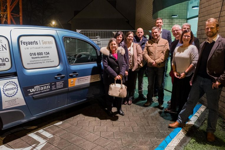 Enkele lokale handelaars bij de nieuwe 'gratis advertentiewagen' van het OCMW.