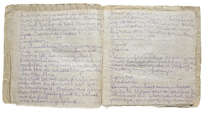 Het kerkboekje van 14 x 14 cm bevat 48 handgeschreven bladzijden van weggegooid papier uit de prullenbakken in de Agfa-fabriek.
