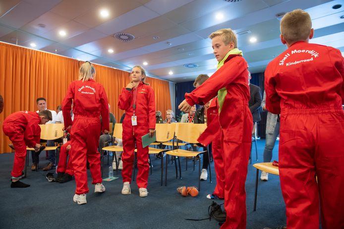 De kinderen krijgen allemaal een rode overall ivm de installatie van de kinderraad.