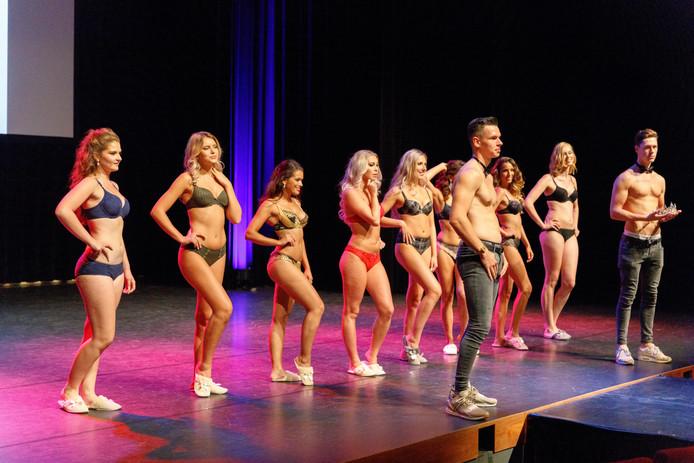 De kandidaten tonen zich in badkleding aan jury en publiek.