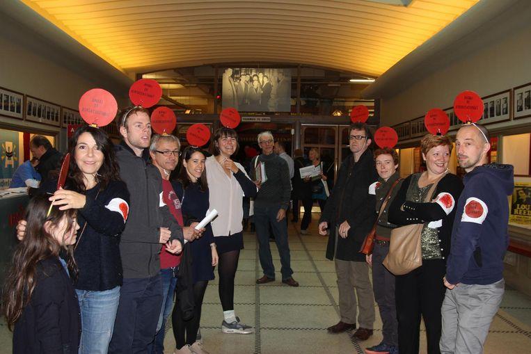 In de inkomhal van De Roma trokken inwoners uit de Borsbeekstraat de aandacht van de bezoekers door rode ballen op hun hoofd te dragen.