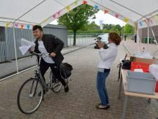 Feest in de auto, op de scooter of fiets: door de drive-through om je cijferlijst in Terneuzen