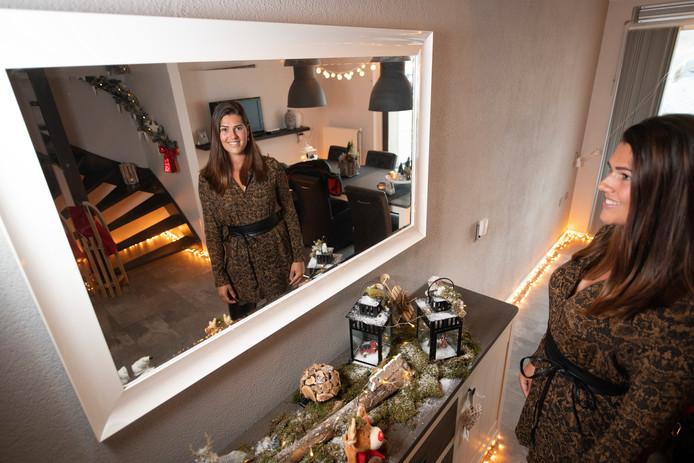Met takken op de leuning gaat de kerstsfeer bij Miriam van der Sluis in huis van boven naar beneden.
