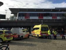 Persoon doodgestoken in metro in Amsterdam-Zuidoost
