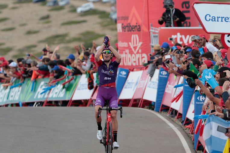 Jetse Bol viert de overwinning van teamgenoot Ángel Madrazo in de vijfde etappe van de Vuelta. Beeld BSR Agency