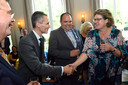 De Franse ambassadeur Philippe Lalliot feliciteert de echtgenote van Andries Looijen. De decorandus staat zelf in het midden. Links kijkt voormalig minister-president Jan Peter Balkenende toe.