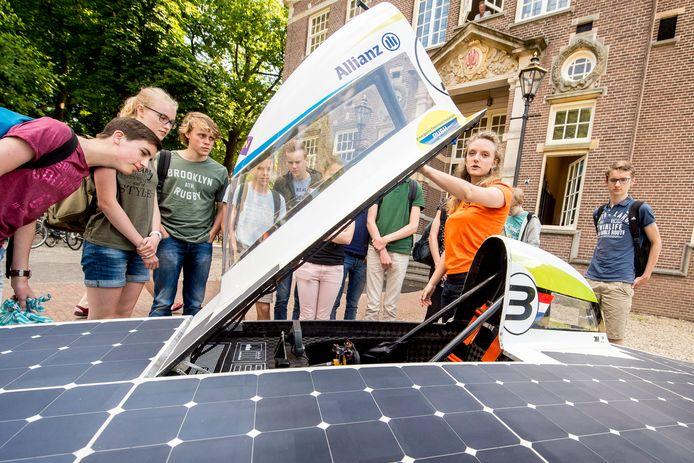 Sarah Bennink Bolt van het Nuon Solar Team VU Delft even terug op het gymnasium in Apeldoorn.