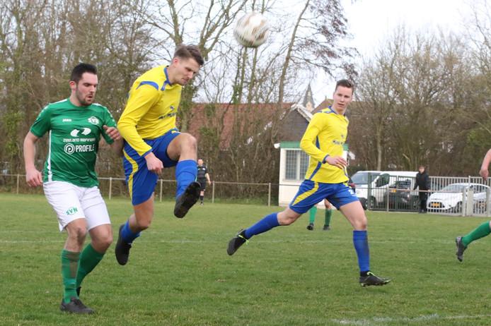 Een beeld uit het duel tussen Nieuwdorp (groen) en FC Dauwendaele.