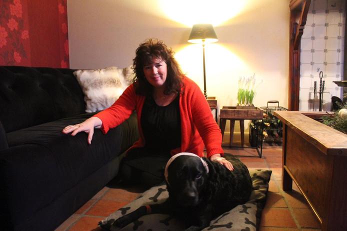 Annetta met haar hond Mischa.