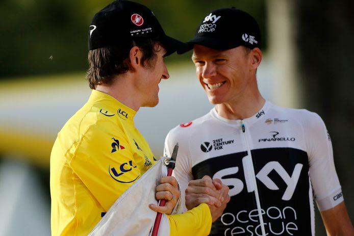 Chris Froome (r) feliciteert ploeggenoot Geraint Thomas met het winnen van de Tour de France.