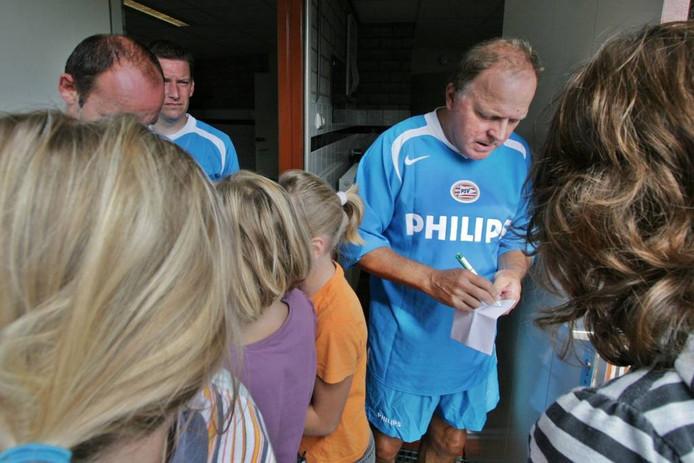 René van de Kerkhof deelde in 2007 handtekeningen uit voorafgaand ana de wedstrijd van RKVV Keldonk tegen Legendary PSV.