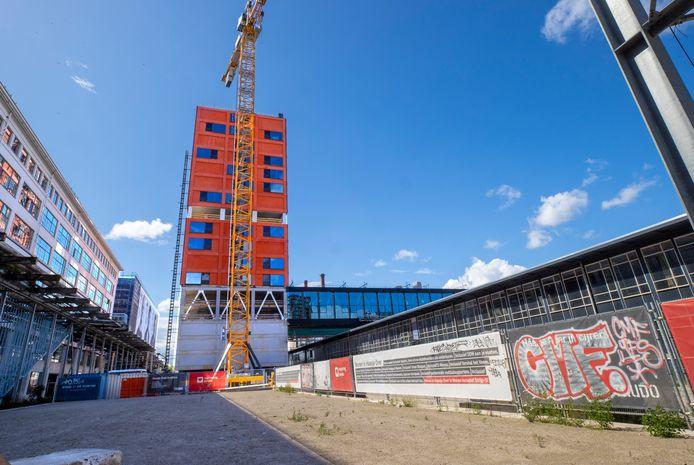 Woontoren Haasje over in aanbouw. Op het dak komt een windturbine en zonnepanelen.