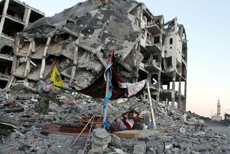 Een Palestijn maakt een tent in Gaza. Beeld getty