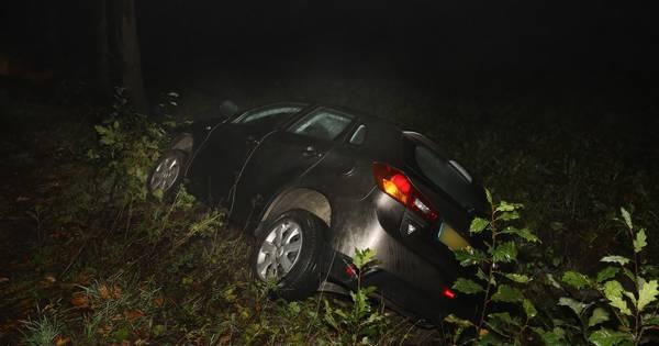 Bestuurder verlaat plaats van ongeval en laat auto in de sloot liggen in Odiliapeel.