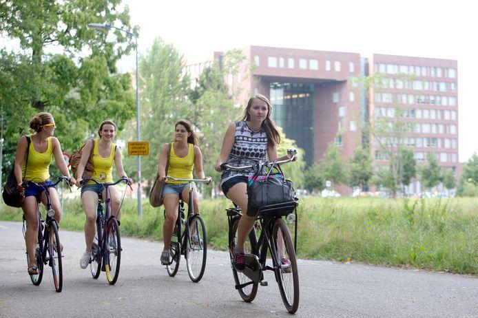 """,,Mijn grootste bezwaar is dat er niet eerst een fietsplan is gemaakt voordat er gedacht werd aan het bouwen van studentenkamers"""", zegt omwonende De Vries, tevens hoogleraar aan de Wageningen Universiteit."""