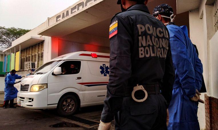 Een ambulance met gewonde gevangenen arriveert  na de rellen bij het ziekenhuis Beeld REUTERS