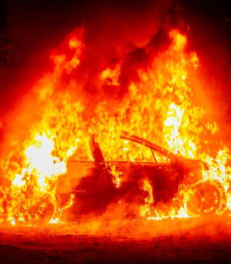 Auto in brand gestoken in bosgebied Velp