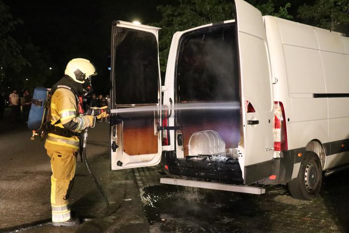 Bestelbus brandt uit in Utrechtse wijk Kanaleneiland