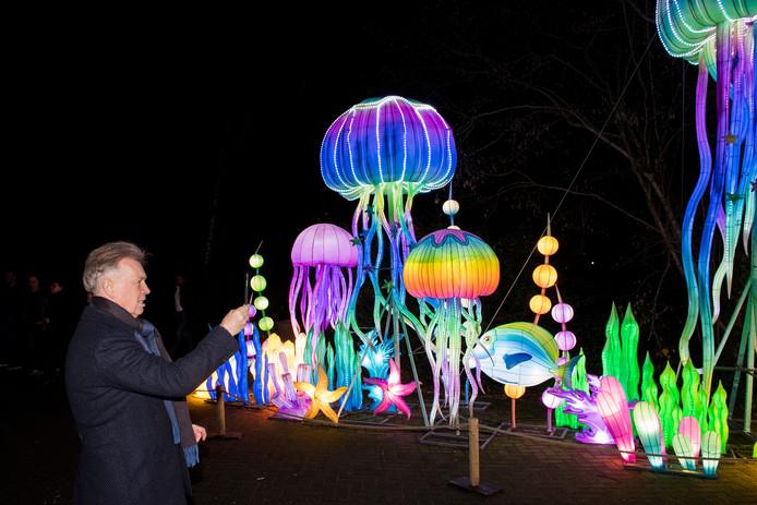 Eigenaar Marcel Boekhoorn filmt het schouwspel van het China Light Festival in Ouwehands Dierenpark.
