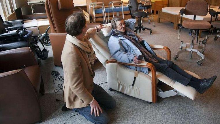 Mark van der Luur van de Zorgoutlet in Driebergen legt uit hoe de sta-op-stoel werkt. ©Werry crone Beeld
