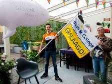 Docente Studulski brengt cijferlijst naar geslaagde Derrin in Apeldoorn: 'ik had me het afscheid van het onderwijs anders voorgesteld'