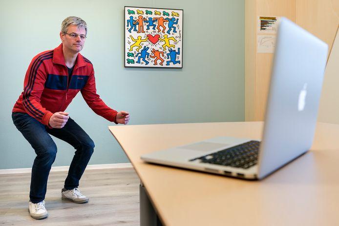 Edwin de Raaij geeft fysiotherapie per webcam.