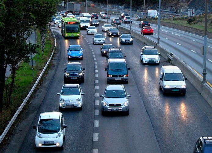 In Oslo werd in 2014 de busbaan (links) al opengesteld voor elektrische auto's, waardoor ze de files konden vermijden.