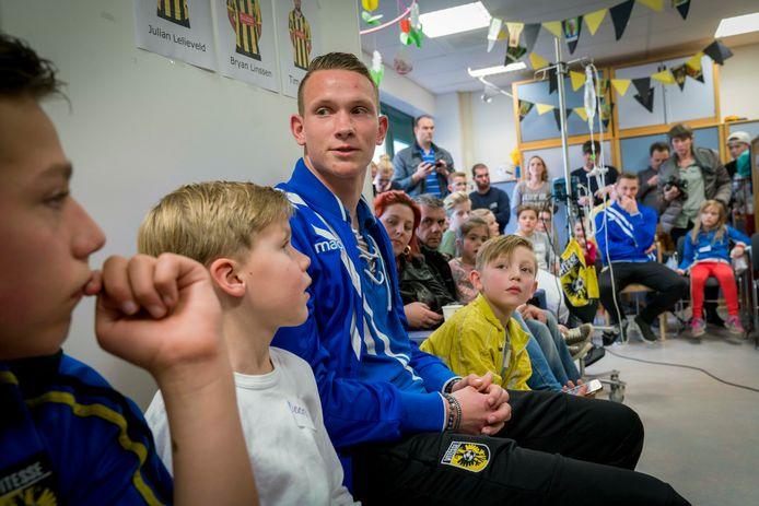 Archieffoto bezoek Vitesse aan kinderafdeling Rijnstate