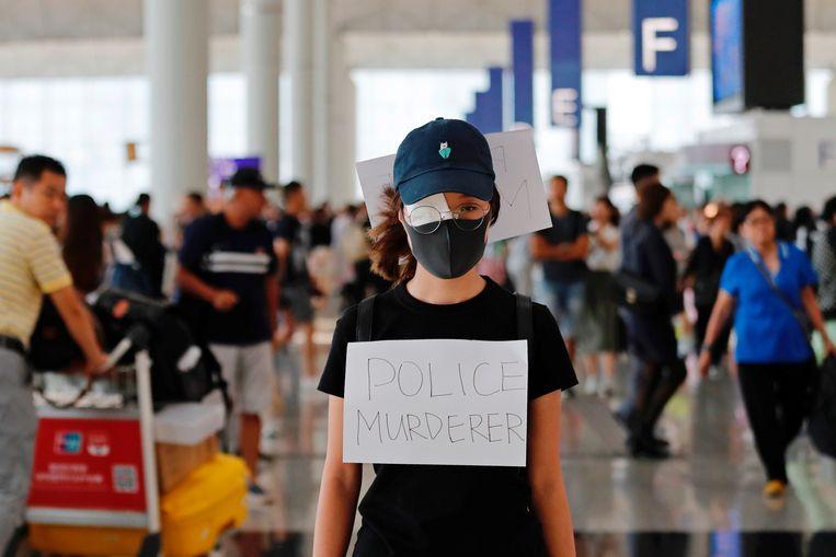 Veel betogers hebben één oog bedekt, een verwijzing naar een vrouw die tijdens eerdere protesten op de luchthaven in het oog werd geschoten door de politie.