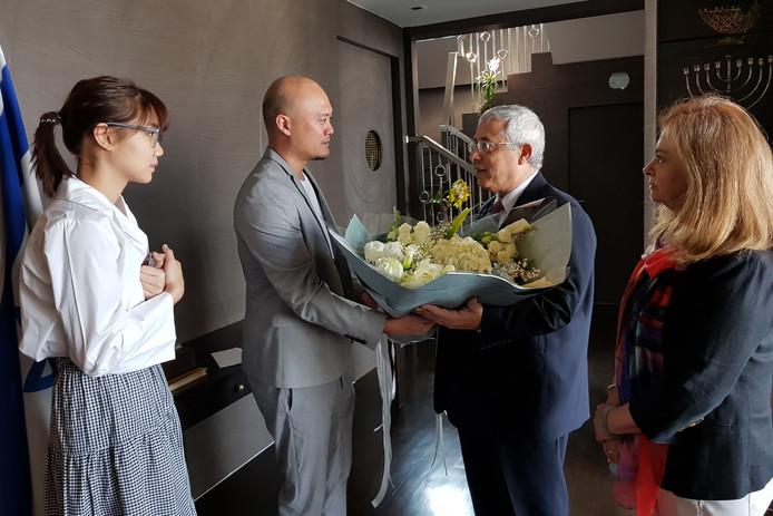 Pichayapa Natha en haar manager bieden de Israëlische ambassadeur in Thailand hun verontschuldigingen aan.
