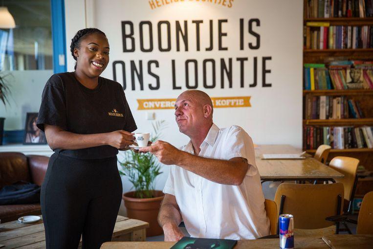 Welzijnswerker Rodney van den Hengel: 'We willen niet dat ze hier hun levensverhaal gaan tetteren'. Beeld Arie Kievit