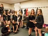 Voetbaldames SV Nieuwkoop vieren jubileum in galajurk én sportschoenen