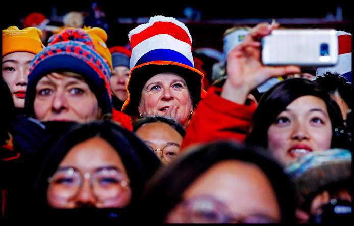 Nederlandse koppies lachen tussen de Koreaanse dames op Medal Plaza bij de huldiging van Patrick Roest.