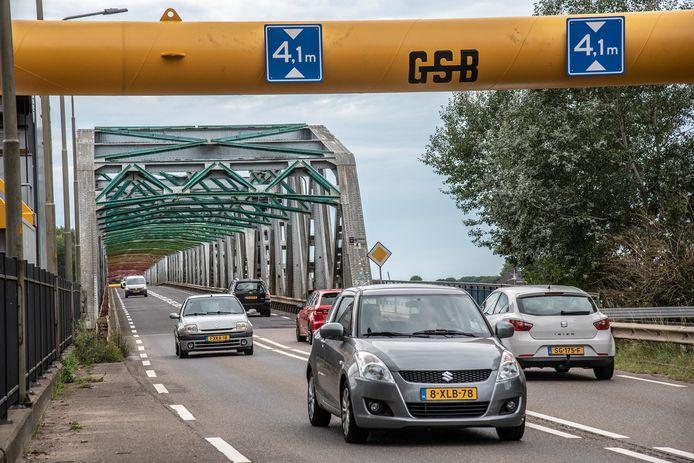 De John S. Thompsonbrug, de brug over de Maas tussen Grave en Nederasselt, is voor langere tijd afgesloten voor voertuigen die zwaarder zijn dan 10 ton.