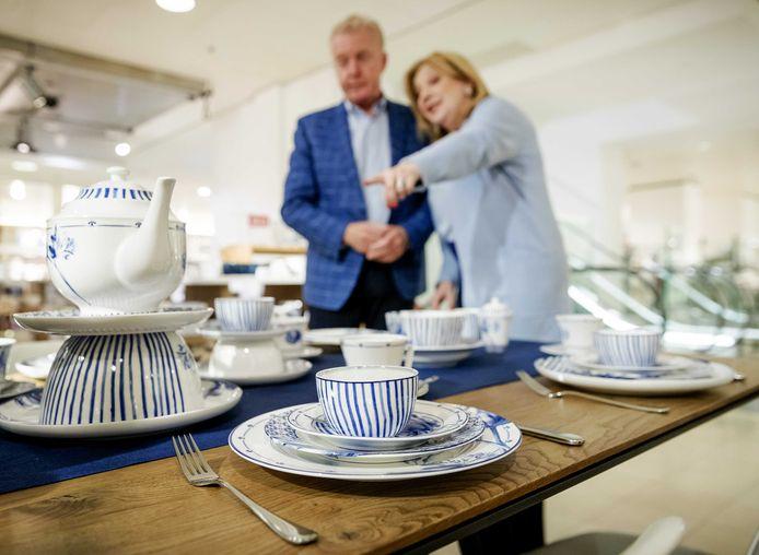 Culinair journalist Janny van der Heijden krijgt in de Bijenkorf haar eerste servies uitgereikt door André van Duin.